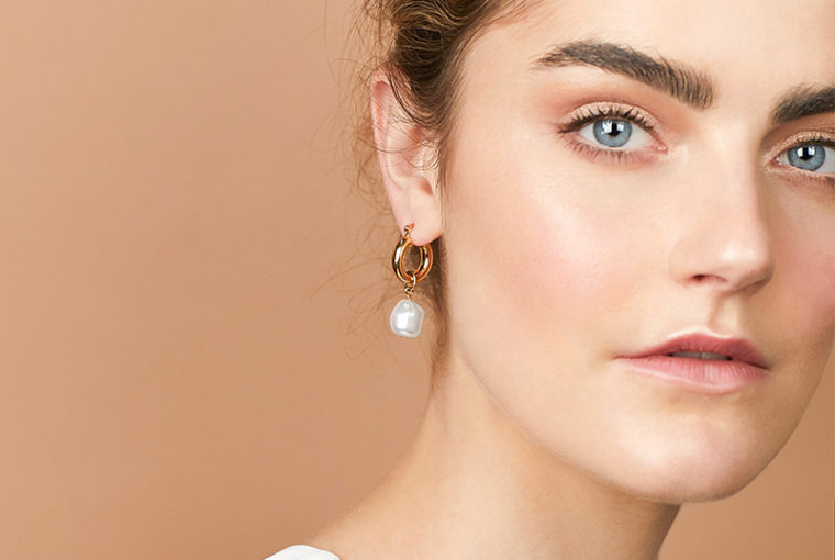 mismatched earrings trend